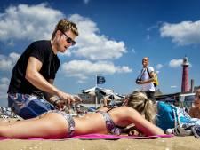 Tim Douwsma smeert badgasten in met zonnebrandcrème