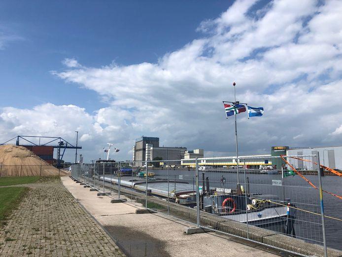 De Sempre Spera vol giftige lading ligt - achter hekken - aan de kade van de haven in Veghel. Op de achtergrond Agrifirm en het distributiecentrum van Jumbo.