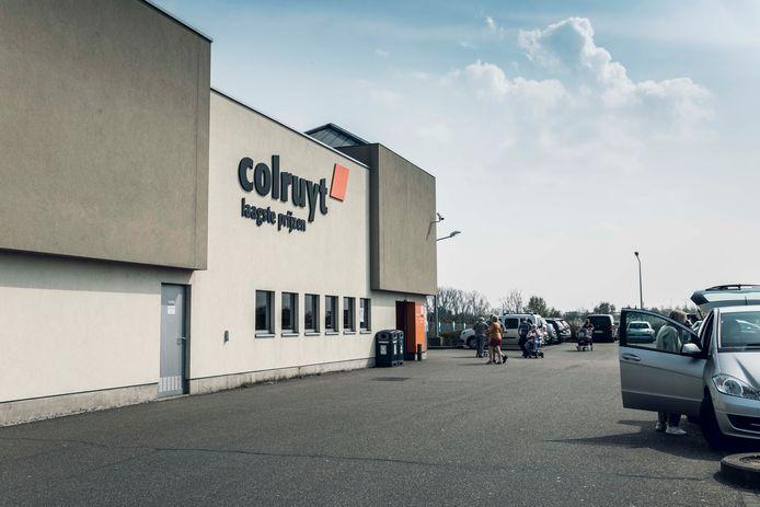 De Colruyt in Sint-Truiden legt donderdag het werk stil, nadat een personeelslid door een boze klant werd aangevallen.
