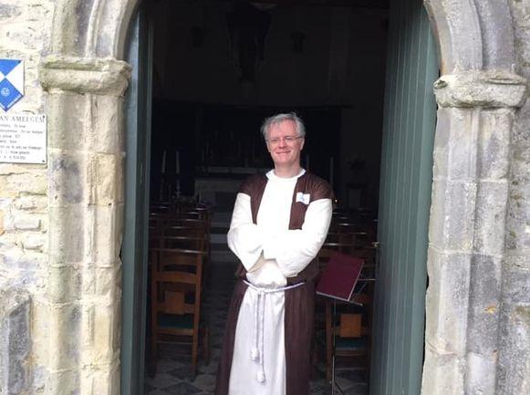 Pater Dirk aan de kapel van Amelgem.
