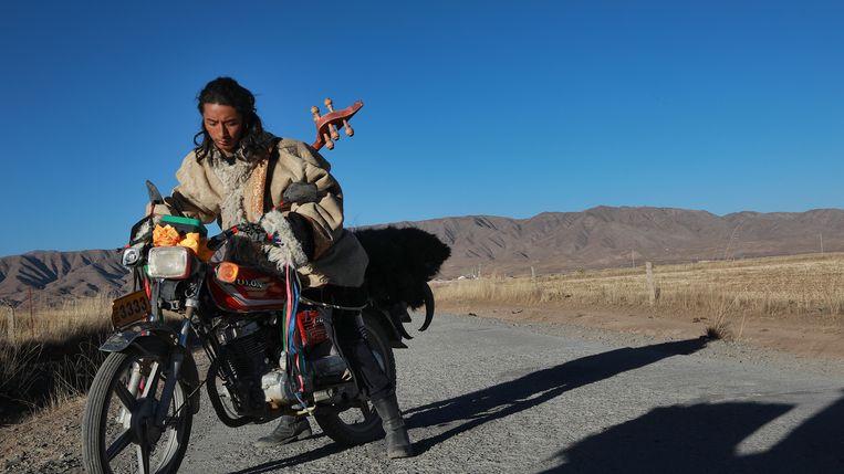 Ngawang trekt op zijn motor naar de grote stad om een bestaan als muzikant op te bouwen. Beeld IFFR