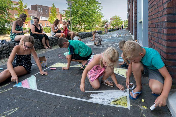 Kinderen leefden zich uit met stoepkrijt bij appartementencomplex Basilica.