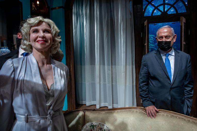 De Israëlische premier Benjamin Netanyahu ontmoet actrice Carmit Mesilati in het Khan-theater in Jeruzalem, voorafgaand aan de heropening van de culturele sector. Beeld Reuters