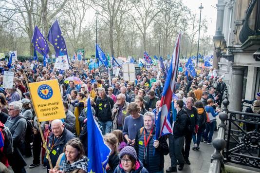 Meer dan een miljoen voorstanders van een tweede referendum over Brexit trokken zaterdag door de straten van Londen. De betoging is de grootste in de geschiedenis van Groot-Brittannië.