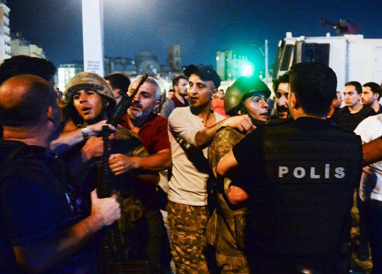 Turkse militairen worden kort na de mislukte couppoging in 2016 in Istanbul door burgers gearresteerd en overgedragen aan de politie. Beeld AP
