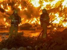 Enorme fik in afvalberg in Putten: brandweer heeft handen vol door hoogspanningsmast en watertekort