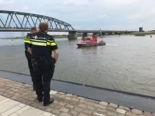 Persoon te water in de Waal bij Nijmegen
