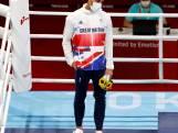 Huilende bokser steekt medaille al op podium demonstratief in zijn zak