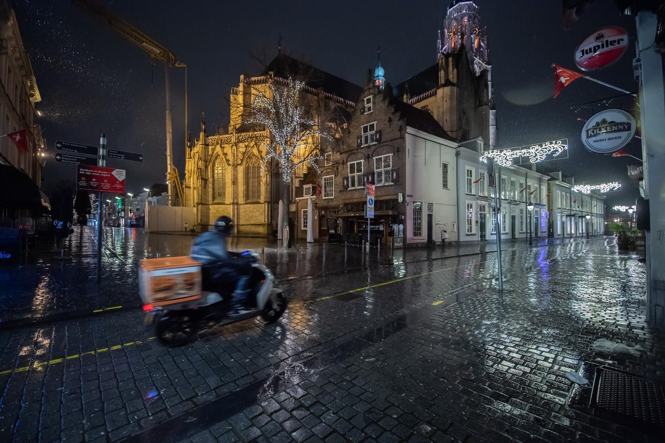 Verlaten straten  en pleinen tijdens de avondklok op zaterdag 23 januari. Hoek Reigerstraat/Grote Markt.