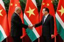 Desi Bouterse is momenteel op staatsbezoek in China. Hij schudt de hand van premier Li Keqiang