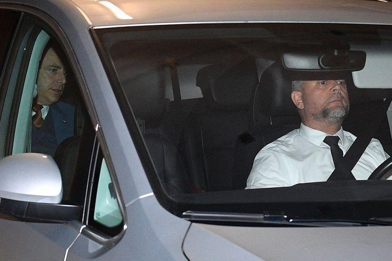 Bart De Wever (achterin de auto) verlaat de onderhandelingen.