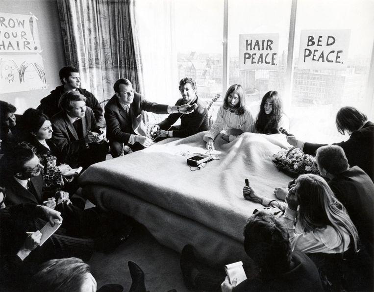 Paul Witteman (linksmidden, rechts van de dame) bij de Bed-In van Lennon en Ono in 1969.