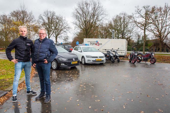 Arnold Dijkhuizen en vader Henk Dijkhuizen van Verkeersschool Dijkhuizen in Elburg.