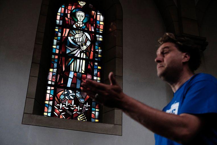 In de Sint Josefkerk staat op een gebrandschilderd raam een heilige afgebeeld met kicksen aan en een bal aan zijn voeten. Beeld Daniel Rosenthal / de Volkskrant