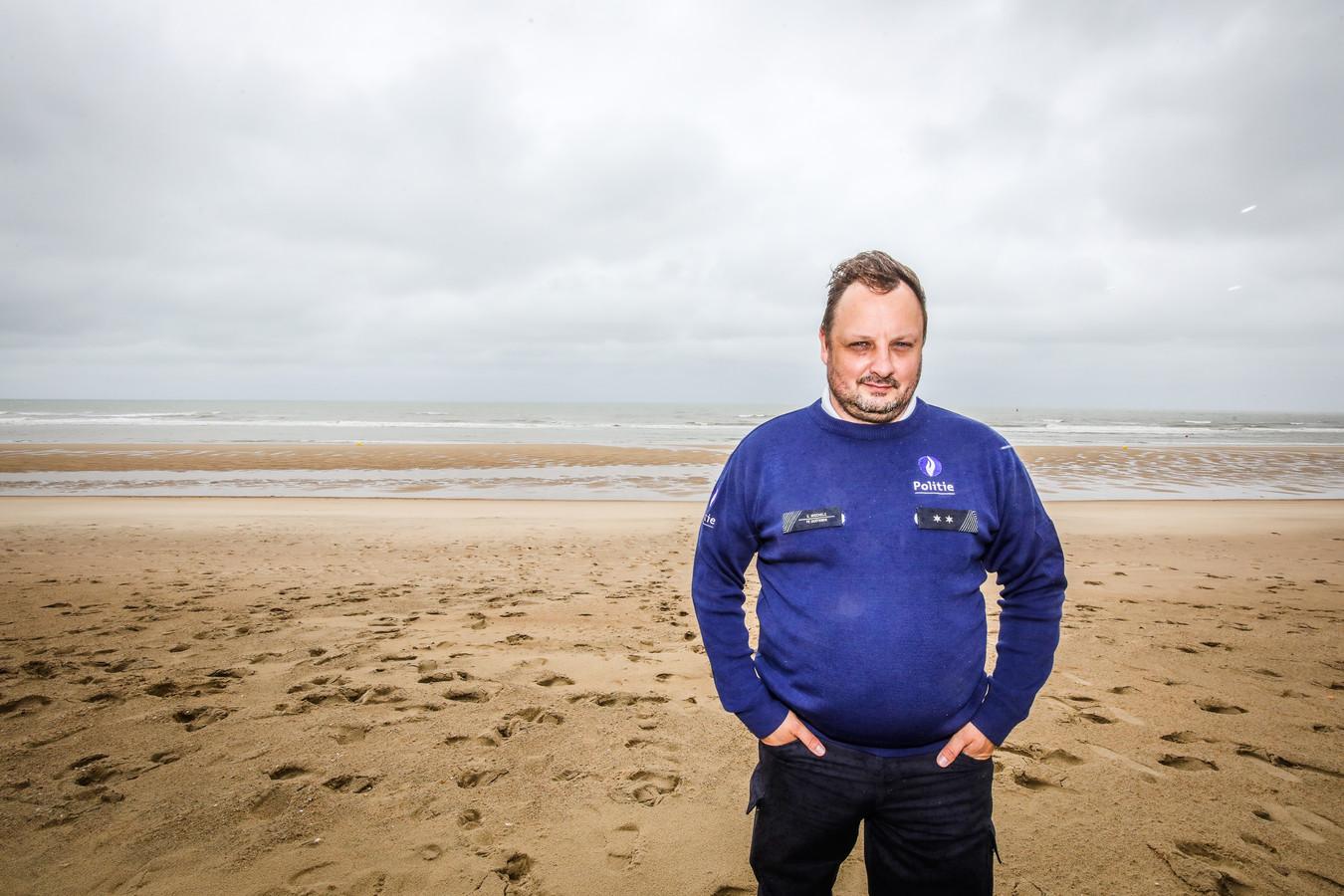 Politieman Steve Mechele (44) op het strand van Oostende. Hij liep zaterdagnacht onbevreesd de Noordzee in om een drenkeling te redden.