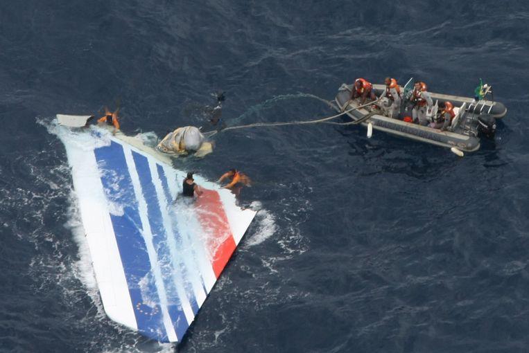 Braziliaanse mariniers bij een brokstuk van de verdwenen vlucht AF 447 in de Atlantische Oceaan.