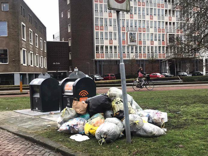 Op de hoek van de Velperweg en de Oude Velperweg is de container wel geleegd, maar zijn de zakken eromheen niet opgepikt.