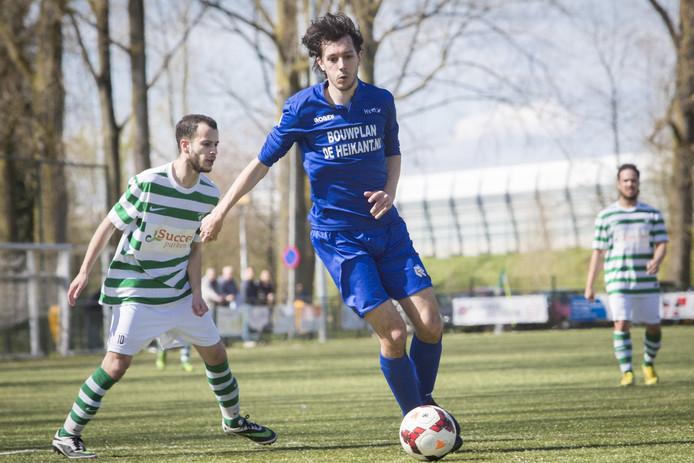 Luke Mulders schermt de bal af tegen AFC Arnhem, afgelopen seizoen.