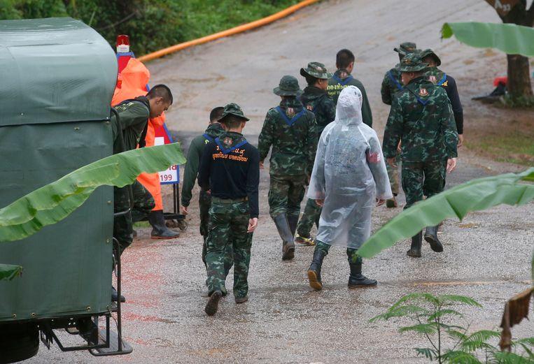 Thaise soldaten in de omgeving van de grot.  Beeld AP