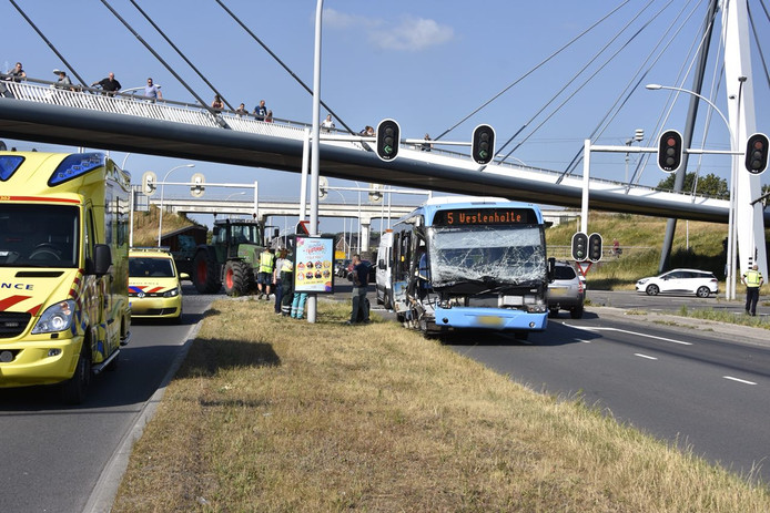 Het ongeluk vond tijdens de avondspits plaats in de wijk Westenholte.
