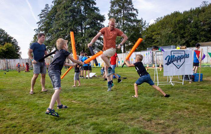 Kinderen leven zich uit bij de Baseball Meppers op het Play Festival.