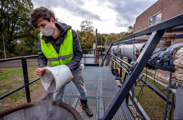 Het ijzervijlsel wordt via een trechter in de machine gedaan. Beeld Raymond Rutting / de Volkskrant