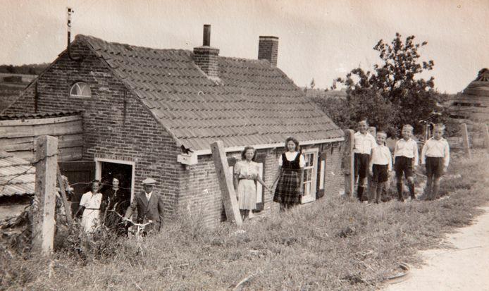 Het ouderlijk huis van Adrie Groenenboom aan de Westdijk. In de oorlog kwamen veel uitgehongerde Rotterdammers aan de deur van het arbeidershuis om eten vragen.