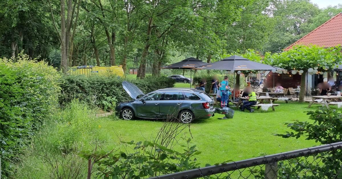 Auto belandt op terras bij botsing in Doetinchem: 'Terrasbezoekers geschrokken'.