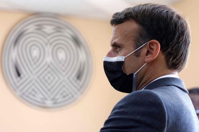 De Franse president Emmanuel Macron kijkt toe tijdens zijn bezoek aan het Kigali Genocide Memorial, waar op 27 mei 2021 zo'n 250.000 slachtoffers van de bloedbaden begraven liggen.