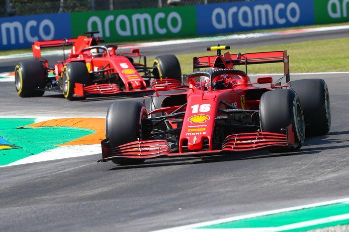 De 'normale' Ferrari's van Charles Leclerc en Sebastian Vettel in één beeld gevangen.