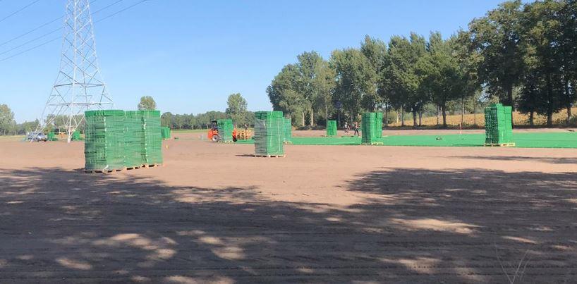 De plastic grasmatten die nu onder het gras liggen op het campingterrein van Paaspop in Schijndel. Deze foto is genomen tijdens de aanleg ervan in oktober 2020.