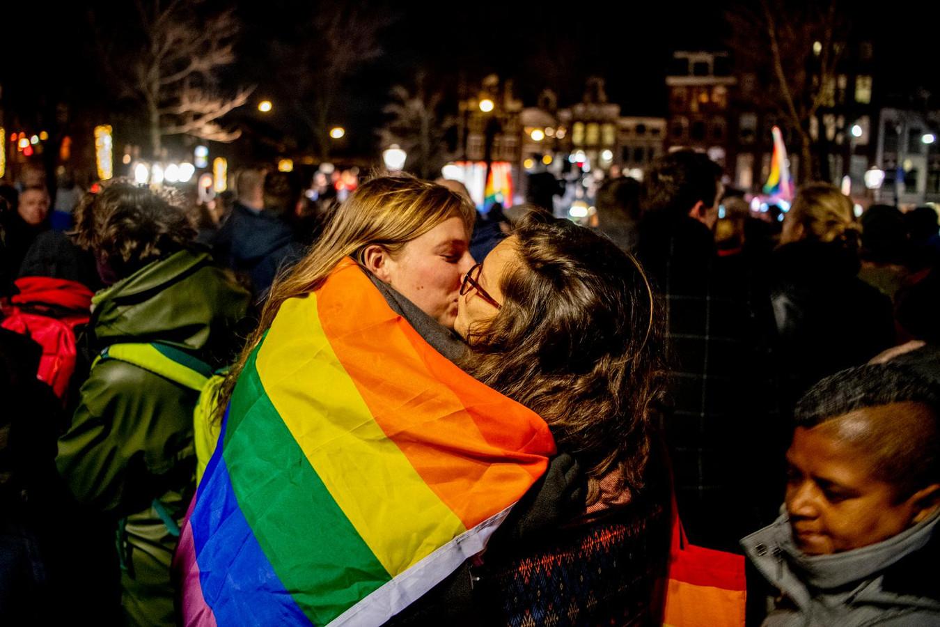 Twee zoenende vrouwen. Bijna de helft van ondervraagde jongeren in Rijssen-Holten vindt verliefdheid tussen mensen van hetzelfde geslacht op zijn minst een beetje raar.