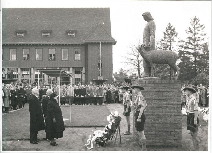 Prinses Wilhelmina bij de onthulling in 1955 van het standbeeld van Tante Riek in Winterswijk. Voor de herdenking vorig jaar stond een toneelspel gepland met een fictief gesprek tussen Wilhelmina en Tante Riek.