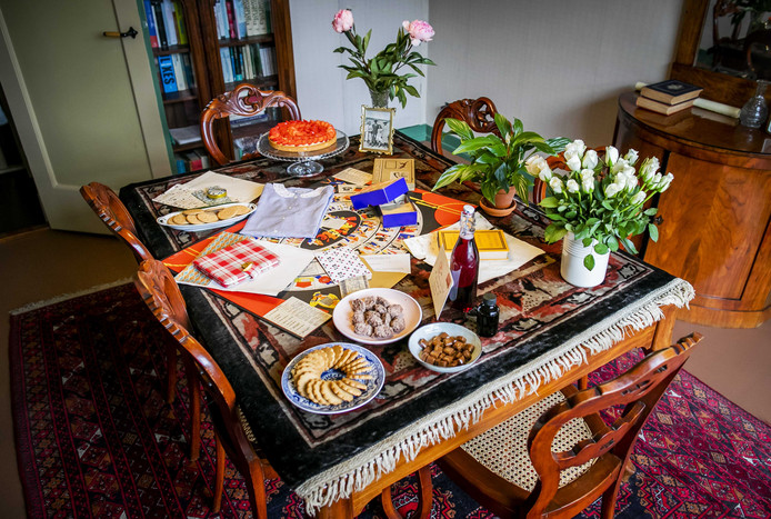 Een replica van de versierde tafel voor Annes 13e verjaardag.