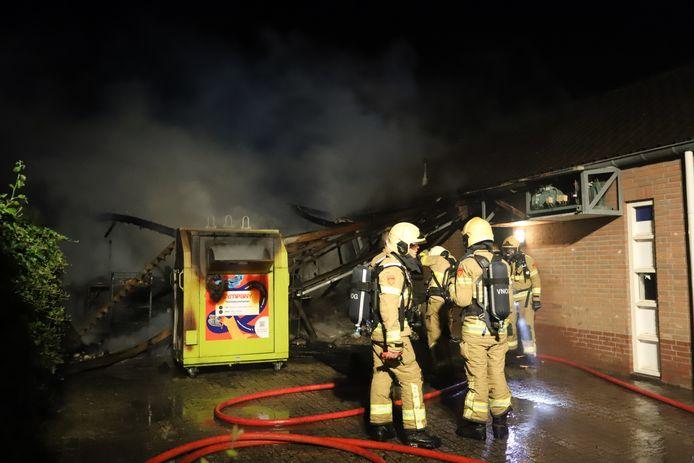 In de nacht van woensdag op donderdag heeft een uitslaande brand veel schade veroorzaakt aan de van Asch van Wijcklaan in Oldebroek.