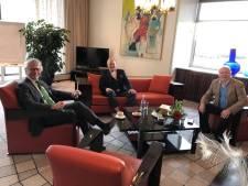 Ronnie Tober én partner op bezoek bij commissaris Berends... vóór de persconferentie van woensdag