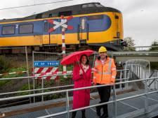 'Gevaarlijke' onbewaakte overwegen bij spoorlijn dicht: zo kunnen bewoners nu veiliger oversteken