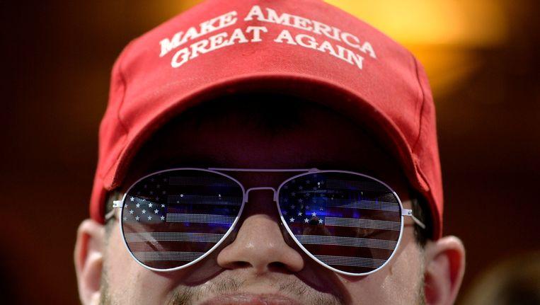 Een Trump-aanhanger met een 'Make America Great Again'-petje op