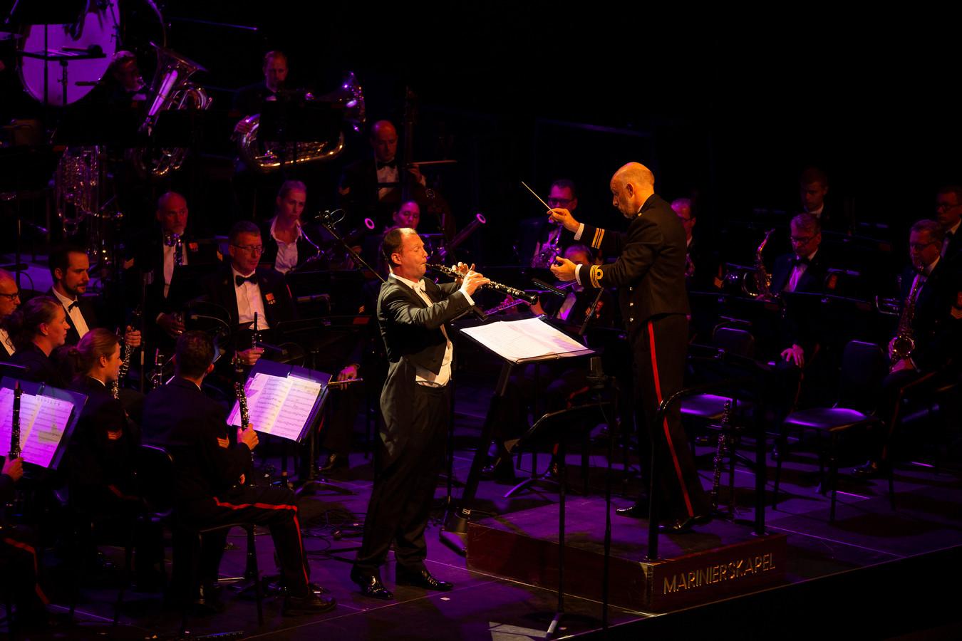 Solo van hoboïst Alexei Ogrintchouk bij Laco in Zierikzee van de Marinierskapel der Koninklijke Marine, dat wordt geleid door dirigent Majoor Arjan Tien.