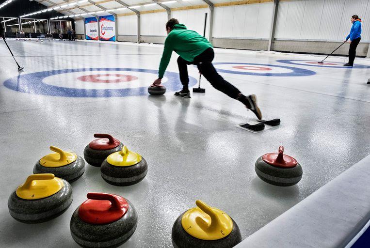 Vroeger moest je voor de nationale ploeg enkel lid zijn van de curlingbond, nu is er een competitie om te bepalen welk team ons land mag verdedigen. Beeld Tim Dirven