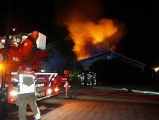 Vlammen schieten uit het dak bij flinke brand in leegstaande loods in Bavel