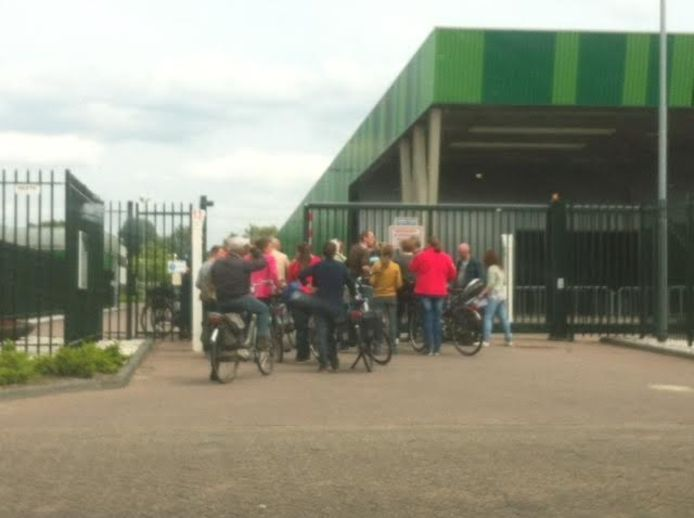 Genodigde belangstellenden staan te wachten bij de gemeentewerf in Waalwijk tot ze naar binnen mogen voor de derde bijeenkomst voor omwonenden, iedereen wordt gecontroleerd.