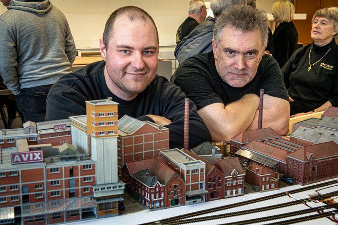 Secretaris Mattias Catry en voorzitter Arnold Van Waes bij de maquette van de Kop van de Vaart.