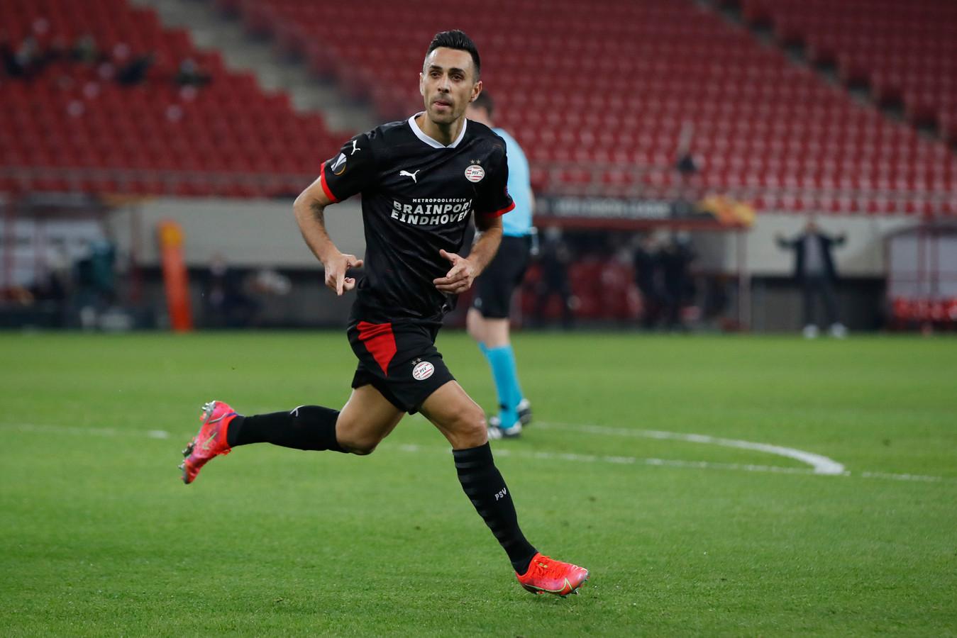 Eran Zahavi in het shirt van PSV in actie tijdens een Europa League-wedstrijd.