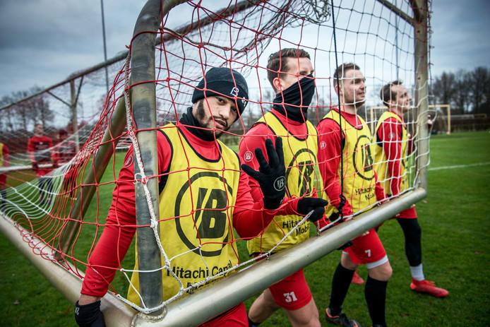 Spelers van FC Emmen dragen een doel in de aanloop naar de wedstrijd tegen FC Groningen.