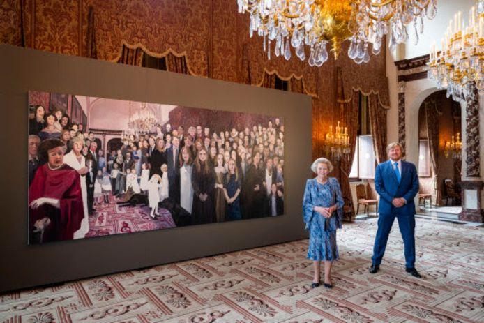 Paleis Het Loo verwerft het monumentale groepsportret van Helen Verhoeven. Het toont de Oranjes, waarbij de hedendaagse familie in een historische context wordt geplaatst door de toevoeging van portretten van voorouders.