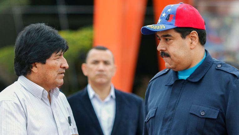 De Venezolaanse president Nicolas Maduro - rechts - woensdag op het internationale vliegveld van het land, waar hij een onderhoud had met de Boliviaanse president Evo Morales. Beeld epa