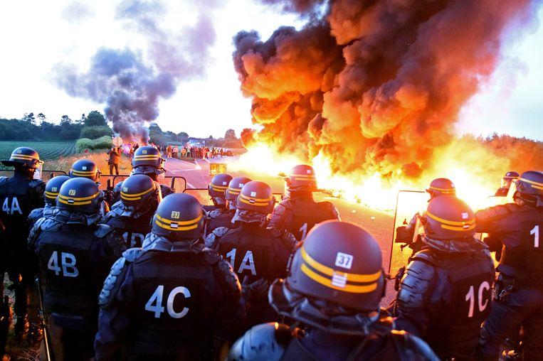 De oproerpolitie wordt gehinderd door een brand bij het brandstofdepot van Douchy-les-Mines.