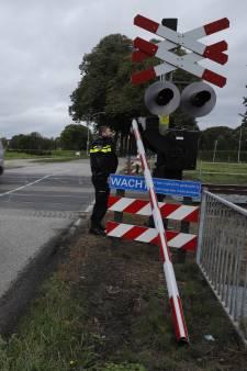 Slagboom doormidden gereden: politie waakt bij spoorovergang Vierlingsbeek