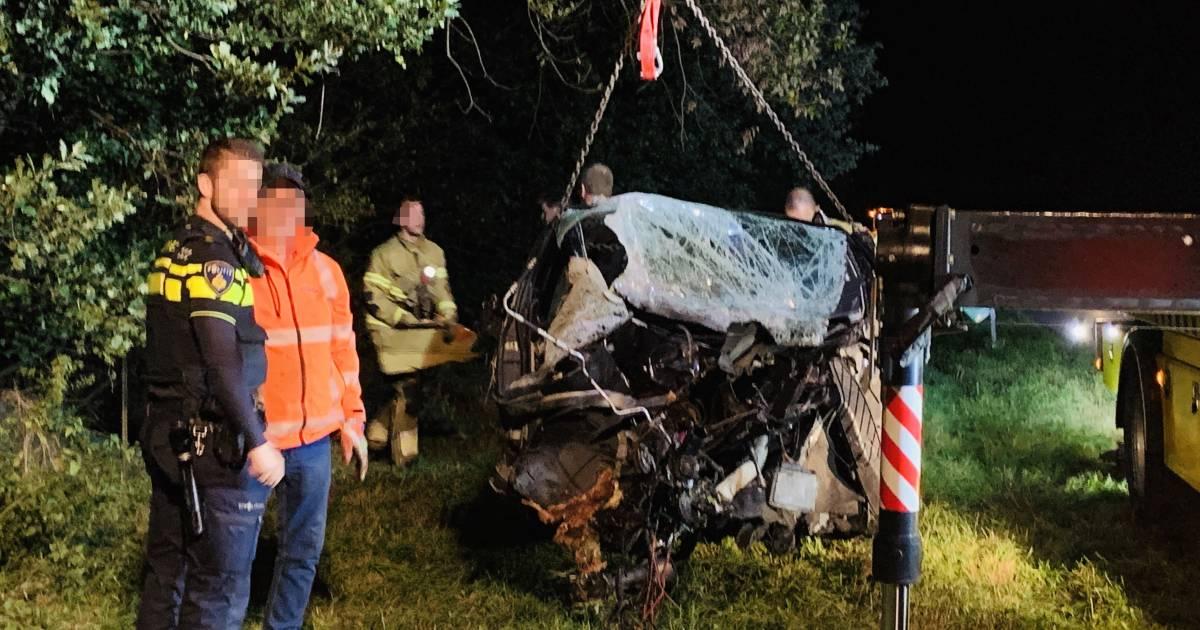 Auto verwoest na aanrijding met boom in Boxmeer.